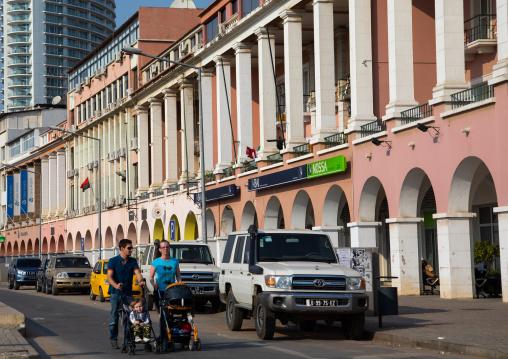 Family in the Marginal promenade called avenida 4 de fevereiro, Luanda Province, Luanda, Angola