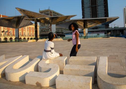 Angolan women in the Marginal promenade called avenida 4 de fevereiro, Luanda Province, Luanda, Angola