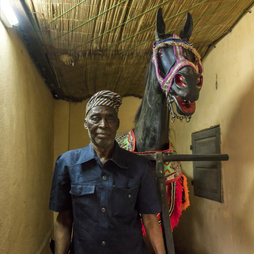 Benin, West Africa, Dassa-Zoumè, hippolyte zomahoun great grandson of king adjiki of dassa in front of the wooden horse on wheels