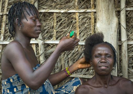 Benin, West Africa, Onigbolo Isaba, hairdresser at home in holi tribe