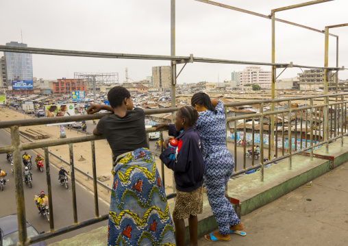 Benin, West Africa, Cotonou, people on the bridge over dantokpa market