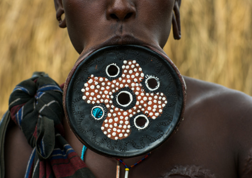 A mursi tribeswoman wearing a traditional lip-plate, Omo valley, Mago park, Ethiopia