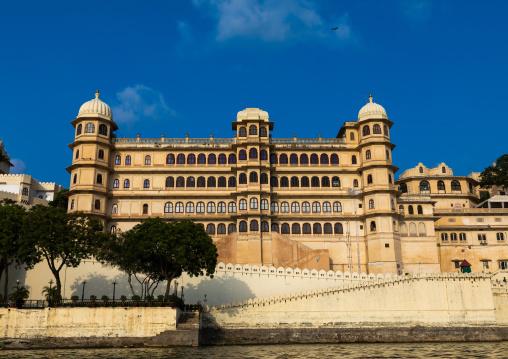The city palace alongside lake Pichola, Rajasthan, Udaipur, India