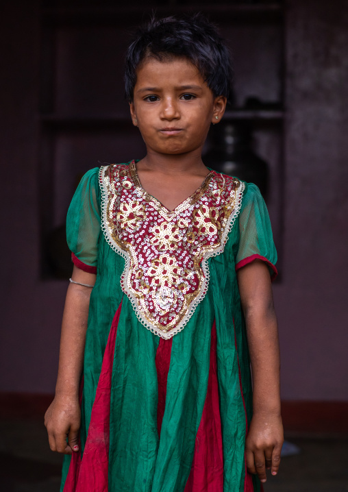 Portrait of a rajasthani girl in traditional clothing, Rajasthan, Jaisalmer, India