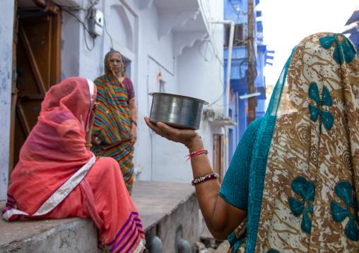 Rajasthani women chatting in the street, Rajasthan, Bundi, India