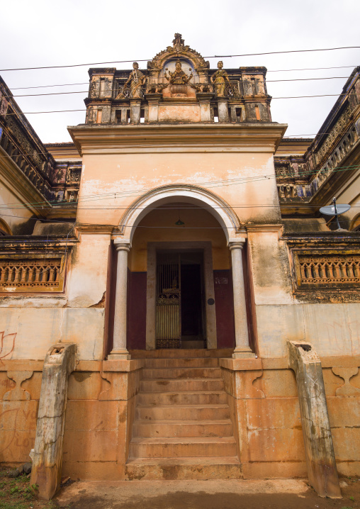 Hindu Statues On The Top Of The Entrance Of An Old Chettiar Mansion, Kanadukathan Chettinad, India
