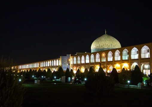 Sheikh lutfollah mosque standing on the eastern side of naghsh-i jahan square at night, Isfahan province, Isfahan, Iran