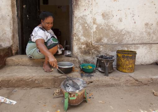 Kenyan woman cooking in the street, Lamu County, Lamu, Kenya