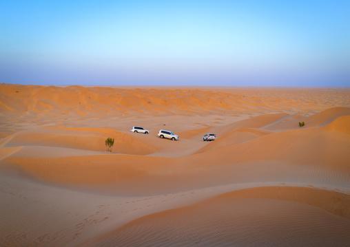 Tourists cars in dunes in rub al khali desert, Dhofar Governorate, Rub al Khali, Oman
