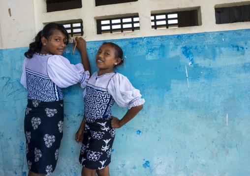 Panama, San Blas Islands, Mamitupu, Kuna Girls In A School Writing On A Wall