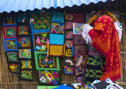 Panama, San Blas Islands, Mamitupu, Kuna Woman In Traditional Outfits Selling Colorful Hand Stitched Kuna Indian Molas