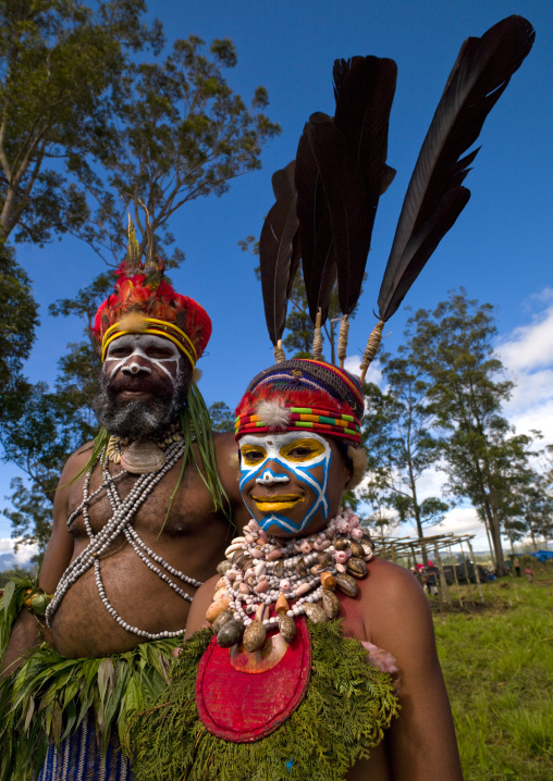 Highlander father and kid during a sing sing ceremony, Western Highlands Province, Mount Hagen, Papua New Guinea
