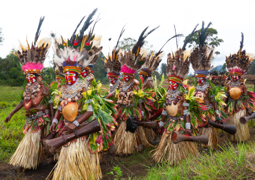 Highlander women with drums in traditional clothing during a sing-sing, Western Highlands Province, Mount Hagen, Papua New Guinea