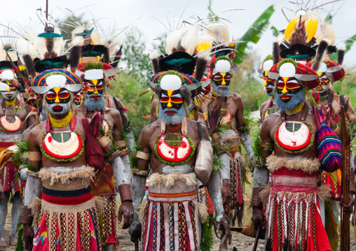 Highlander warriors in traditional clothing during a sing-sing, Western Highlands Province, Mount Hagen, Papua New Guinea
