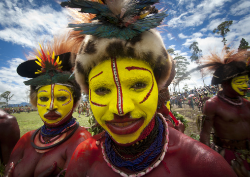 Hulis women in traditional clothing during a sing-sing, Western Highlands Province, Mount Hagen, Papua New Guinea