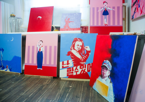 Sun mu artist paintings in his workshop, National capital area, Seoul, South korea