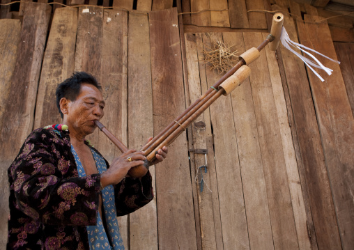 Lahu tribe uncle ja yo in ban bor kai village playing nor ku ma, Thailand