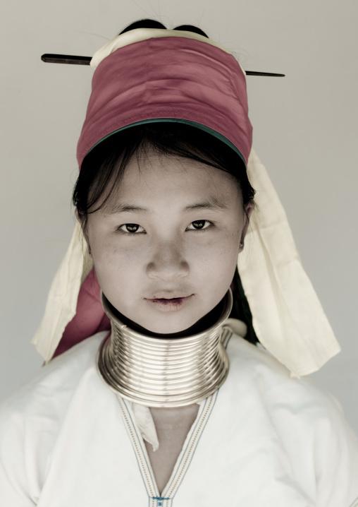 Long neck girl in ban mai nai soi, Thailand