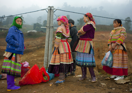 Flower hmong women at sapa s market, Sapa, Vietnam