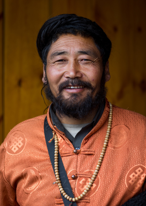 Portrait of a nyingma tibetan nomad man during a pilgrimage in Labrang monastery, Gansu province, Labrang, China