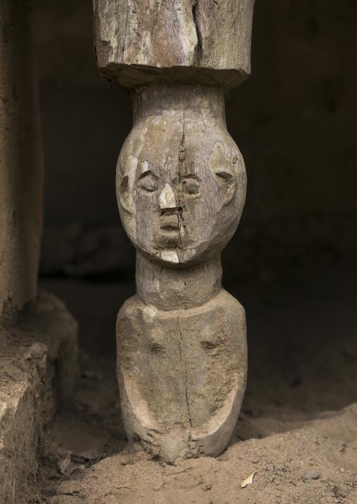 Benin, West Africa, Dassa-Zoumè, pillar in the yaka palace of the omondjagou people