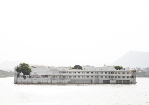 The Taj lake palace hotel on lake Pichola, Rajasthan, Udaipur, India