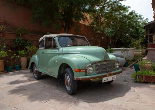 Old green car, Rajasthan, Bikaner, India