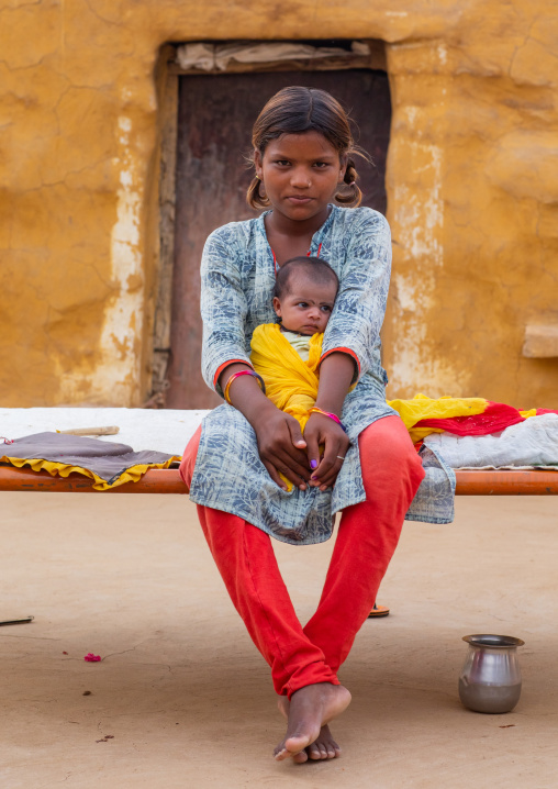 Young rajasthani mother with her baby, Rajasthan, Jaisalmer, India