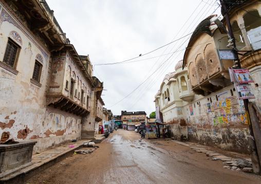 Old historic haveli along a muddy road, Rajasthan, Nawalgarh, India