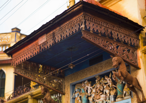 Statues Of Animals And Hindu Character Adorning The Entrance Of A Chettiar Mansion, Kanadukathan Chettinad, India