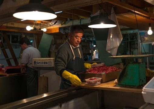 Vendor packing tuna in tsukiji fish market, Kanto region, Tokyo, Japan