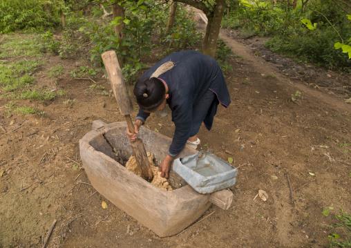 Lantaen minority woman making paper, Nam deng, Laos
