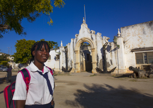 Girl In Front de The Old Naval Academy In Stone Town, Ilha de Mocambique, Nampula Province, Mozambique