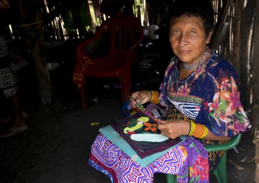 Panama, San Blas Islands, Mamitupu, Portrait Of Kuna Tribe Woman Weaving A Mola