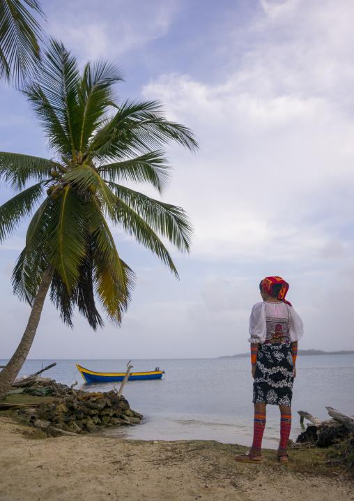 Panama, San Blas Islands, Mamitupu, Young Kuna Indian Woman Lokking At The Sea