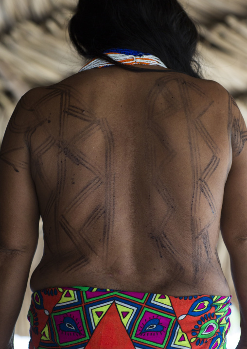 Panama, Darien Province, Puerta Lara, Wounaan Tribe Woman Showing Her Jagua Tattoo In Her Back