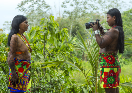 Panama, Darien Province, Bajo Chiquito, Embera Tribe Woman Using A Sony Camera