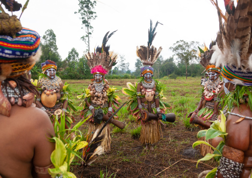 Highlander women with traditional clothing during a sing-sing, Western Highlands Province, Mount Hagen, Papua New Guinea