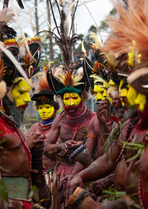 Huli tribe wigmen in traditional clothing during a sing-sing, Western Highlands Province, Mount Hagen, Papua New Guinea