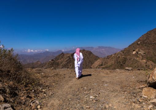 Saudi man in the moutains, Jizan Province, Addayer, Saudi Arabia