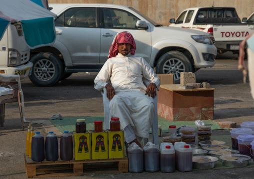 Saudi man selling honey and honeycombs on a market, Asir province, Muhayil, Saudi Arabia
