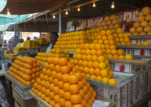 Sudan, Khartoum State, Omdurman, orange sellers at market