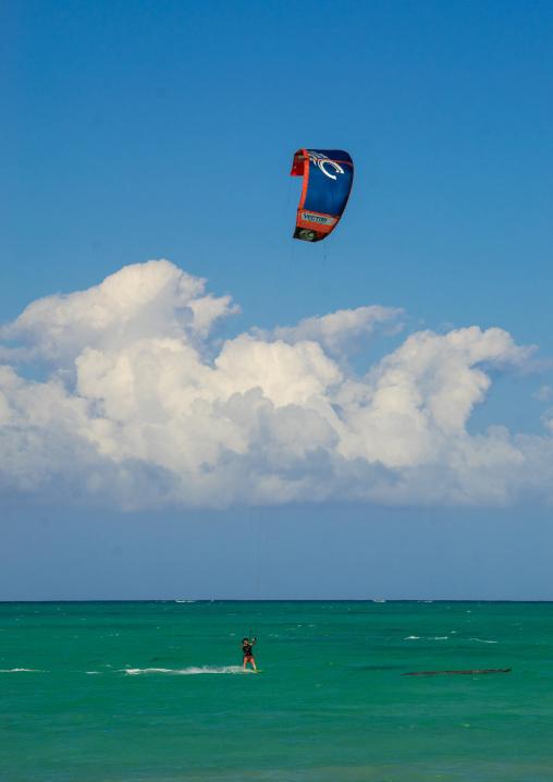 Tanzania, Zanzibar, Jambiani, kite surfer