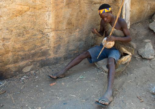 Tanzania, Serengeti Plateau, Lake Eyasi, hadzabe tribe man paying music