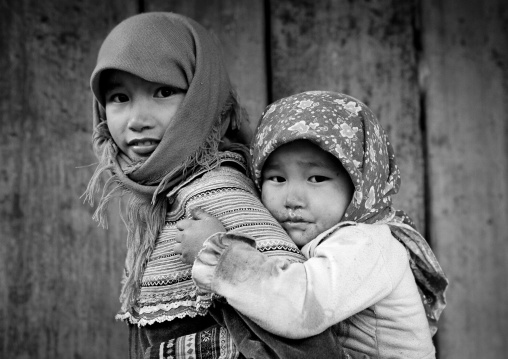 Flower hmong girl carrying a younger one on her back, Sapa, Vietnam