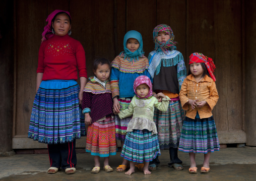 Flower hmong mother with the girls of the family, Sapa, Vietnam
