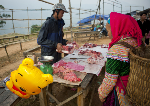 Flower hmong woman buying meat in sapa market, Vietnam