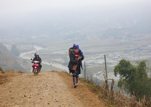 Black hmong woman carrying a basket on her back, Sapa, Vietnam